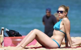 Scarlett Johansson wears Oakley Frogskins