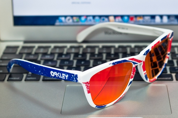 opposing earstem showing blue sides instead of red of Oakley Union Jack Frogskins SKU# 24-314 Union Jack/Ruby Iridium. Singapore@Wahliao.com
