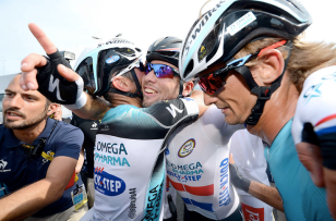 Mark Cavendish wears his own Oakley Signature Series and a Tour De France RadarLock on the right of photo