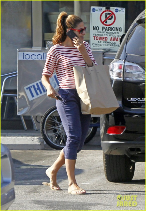 reported on coolspotters.com that Eva Mendes is wearing Oakley Frogskins... NOT!